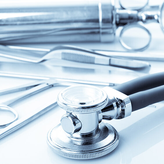 (© oksix - Fotolia/stock.adobe.com) Medical instruments for ENT doctor on white